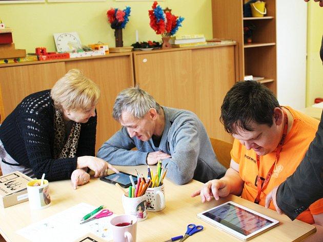 Tablety jsou velkým pomocníkem i při vzdělávání lidí s mentálním postižením. Učení je pro ně zábavnější.