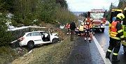 Řidič zůstal v havarovaném autě zaklínění, zranili se další dva lidé.