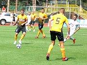 Fotbalisté Baníku Sokolov (ve žlutočerném) hostili Hradec Králové.
