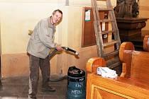 VYLUXOVAT,  otřít oltáře od prachu a nečistot, vyměnit žárovky... Zkrátka práce jako na kostele. Hornický spolek se údržbě kostela věnuje pravidelně dvakrát ročně.