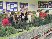 Výstava Model klubu přilákala v pátek i školáky.