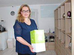 Statutární ředitelka Zdenka Šlárová představuje bio urnu.