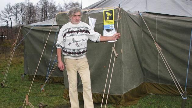 JEDNÍM z nocležníků, který obývá stan od samého začátku, je Antonín Janiš (na snímku). Tvrdí, že venku tráví čtvrtou zimu a po loňských třeskutých mrazech si pohodlí vyhřívaného vojenského stanu nemůže vynachválit.