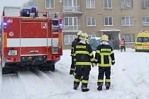 ČTYŘI jednotky hasičů zasahovali v bytě domu v Nové Vsi. Příjezd jim komplikovalo husté sněžení.