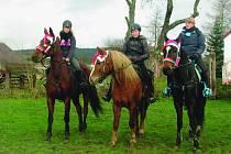 DĚVČATA z Chotíkova slaví Mikuláše hned několikrát. Mikulášská vyjížďka na koních  se jim ale obzvlášť vydařila.
