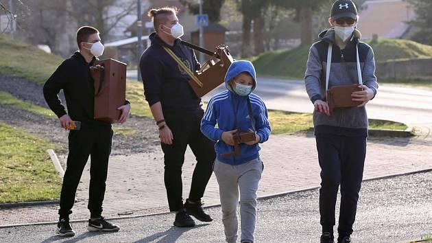 Už více než šedesát letznějí obcí Šabina na Sokolovsku na Velikonoce řehtačky. A stejně tomu bylo i letos.