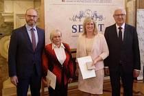 Brigitte Havelková (druhá zleva) a Petra Šišková s ministrem školství Robertem Plagou (úplně vlevo) a Jiřím Drahošem.