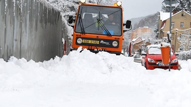 NEJVÍCE sněhu napadlo na Kraslicku. Snímek je z předměstí Kraslic, kde se od ranních hodin uklízely například chodníky.