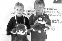Nejmladší účastnicí plaveckých závodů mezi dívkami byla domácí Agáta Majkusová (na snímku vlevo).