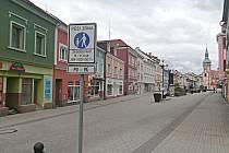 V této části náměstí se mělo parkovat
