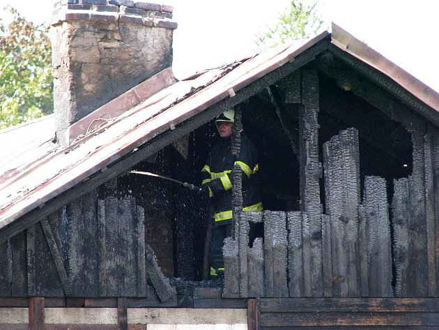 OHEŇ zasáhl prostor pod plechovou střechou.