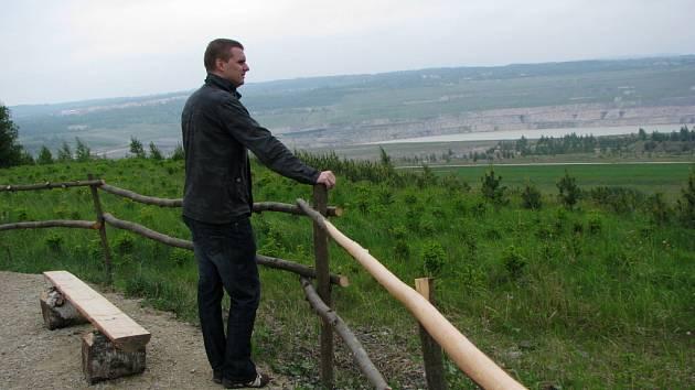 Z vyhlídky je vidět na napouštěné jezero Medard.