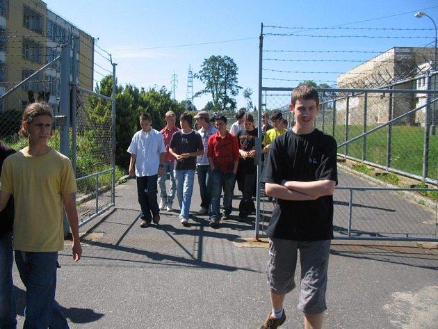 Žáci z hornoslavkovské základní školy na exkurzi ve věznici v Kynšperku.