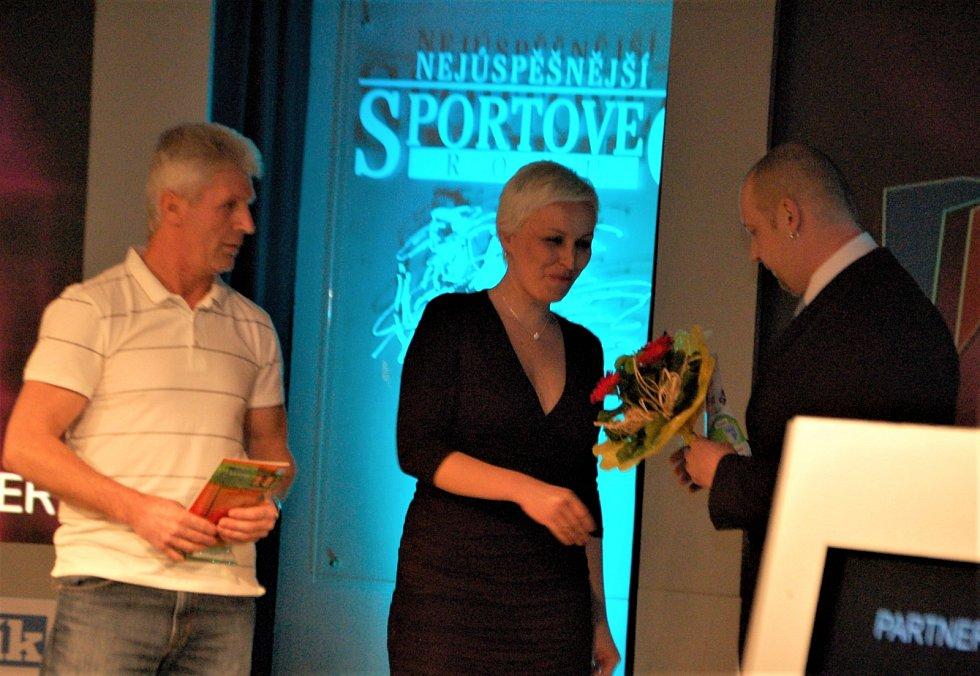 ROK 2012. Cenu za Markétu Vondroušovou často přebírá již od jejích útlých let maminka Jindřiška, v tomto případě na vyhlášení nejúspěšnějších sportovců města Sokolov za rok 2011.