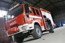 HASIČI v Kraslicích získali od krajských hasičů bezúplatným převodem pět let staré iveco. Za pět let ho nahradí opět novější zásahový vůz.