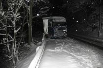 KOLAPS. Největší problémy byly na silnici mezi Bočí a Stráží nad Ohří. Havaroval tam také řidič kamionu (na snímku), který narazil do svodidel.
