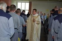 Biskup na setkání s vězni.
