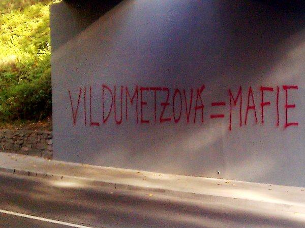 Nápis Vildumetzová = mafie se objevil na viaduktu železničního mostu vHorním Slavkově. Nastříkal ho tam Ladislav Janoušek. Zadržela ho při tom policie.