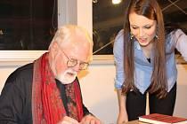 Díky Listování poznali lidé v Chodově pět příběhů z knihy Co jsem to proboha udělal? i jejich autora, amerického spisovatele Roberta Fulghuma, osobně.