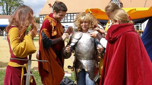 Nejodvážnější si vyzkoušeli středověkou zbroj.