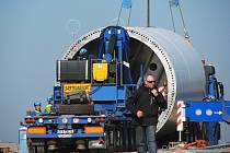 Jednotlivé díly věže pro větrnou elektrárnu v Horním Částkově přivážely kamiony na speciálním transportéru.