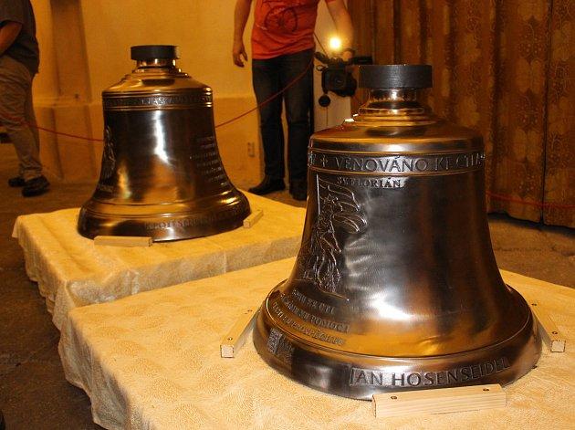 Svatý Vavřinec a svatý Florián (na snímku) už visí ve věži se zvonem Jan Vilém.