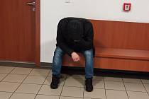 Petr H. čeká na chodbě sokolovského soudu na vynesení rozsudku