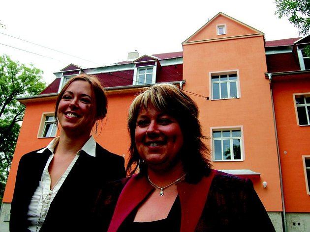 Sestry Magdalena Scholzova (vlevo) a Sabina Hajná u nově otevřené Vily Maria.