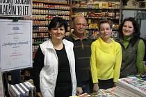 Cenu spokojený zákazník získal březovský podnikatel Jan Jiříček. Na snímku zleva se svou manželkou Hanou Jiříčkovou a zaměstnanci Janou Trägerovou a Hanou Bergmannovou.