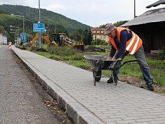 Nový chodník k vlakové zastávce v Oloví.