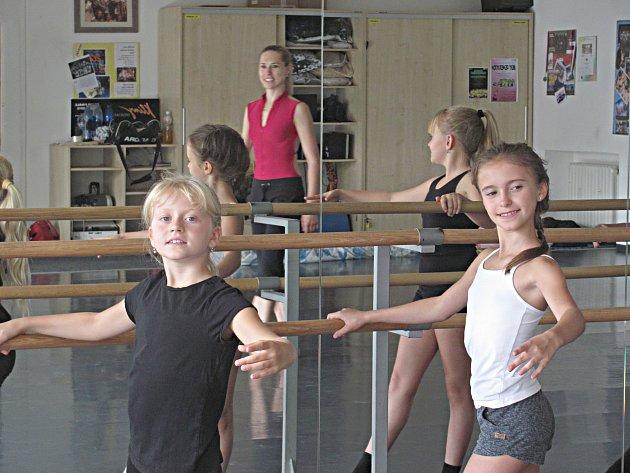 S baletní průpravou pomáhala malým tanečnicím primabalerína Národního divadla Nikol Márová.