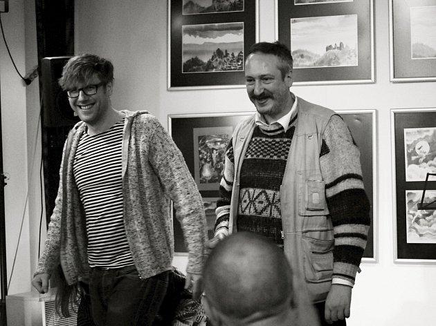 Vernisáž výstavy obrazů a grafiky Nikolaje Kozlova (vpravo) V přízemí v loketské městské knihovně.