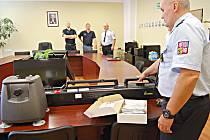 Ředitel věznice Martin Klapper převzal do zápůjčky od zástupce chebské pobočky společnosti DHL Supply Chain Česká republika Jana Vymazala mobilní detektor mobilních telefonů a zbraní.