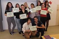 DOBROVOLNÍCI z řad studentů 3. a 4.  ročníku sokolovského gymnázia dokázali pro Bílou pastelku vybrat nejvyšší částku z celého Karlovarského kraje. Za to se jim dostalo od TyfloCentra poděkování.