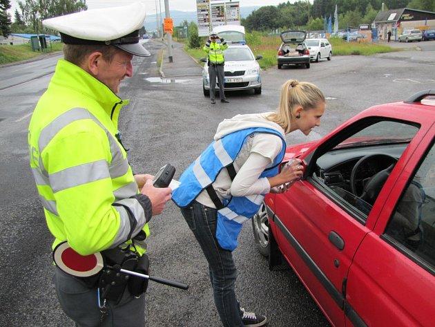 Sličné dobrovolnice asistovaly dopravním policistům
