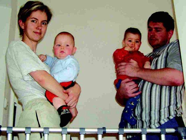 Náročnost péče o dvojčata mohou potvrdit manželé Helena a Jan Cedidlovi.