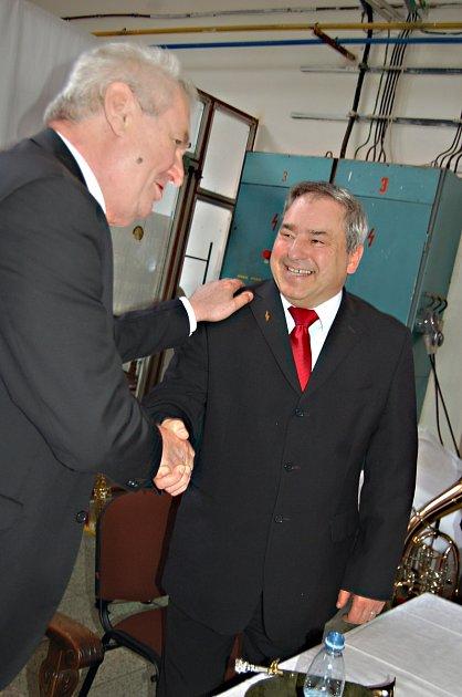 Miloš Zeman se loučí s generálním ředitelem Amati Václavem Hniličkou.