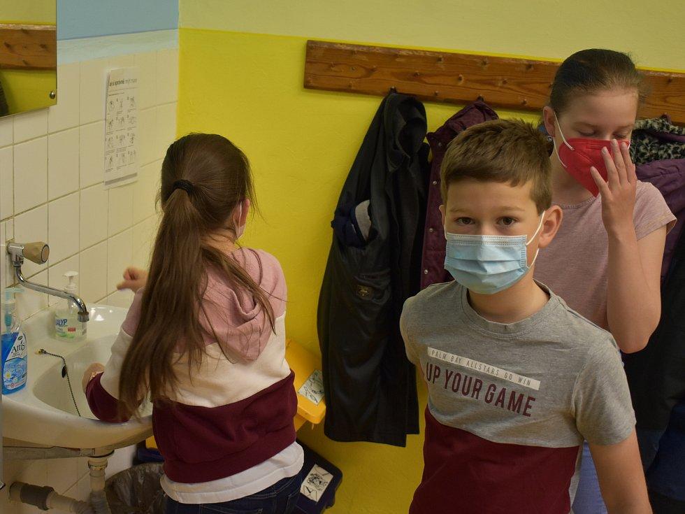 Podívejte se, jak zvládali testy školáci ze ZŠ Rokycanova v Sokolově