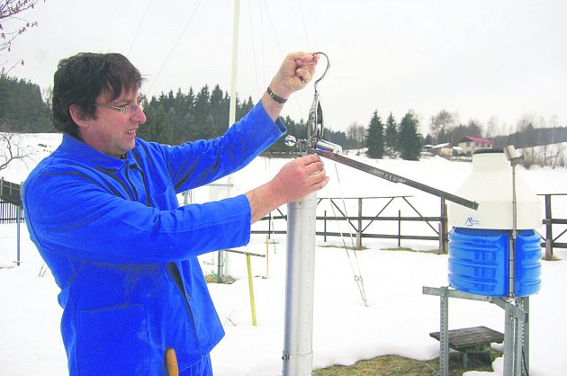 POZOROVATEL počasí Rudolf Kovařík měří množství vody ve sněhu speciálním přístrojem.