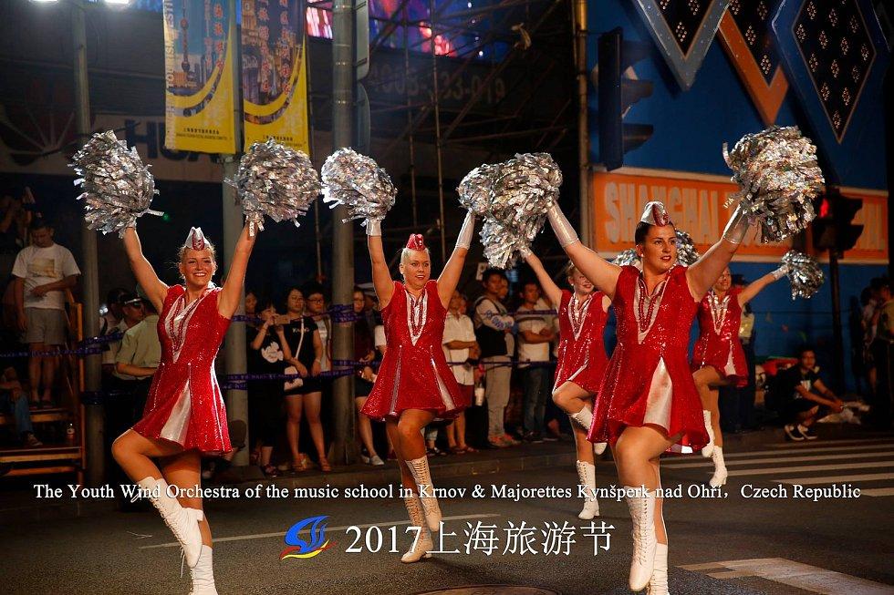 Dospělé kynšperské mažoretky pod vedením Jaroslavy Danešové reprezentovaly ve Francii a na festivalu v Šanghaji.