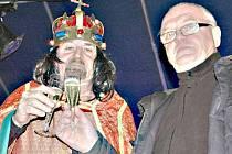 Silvestr v amfiteátru. První ročník byl spojený se zahájením oslav 700 let od narození Karla IV. Přivítání roku se zhostil starosta a sám Karel IV.