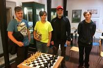 Šachové klání v knihovně v Lokti.