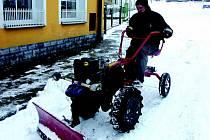 Kolem třetí hodiny ranní vyjíždí Zdeněk Kalina z Citic odklízet sníh