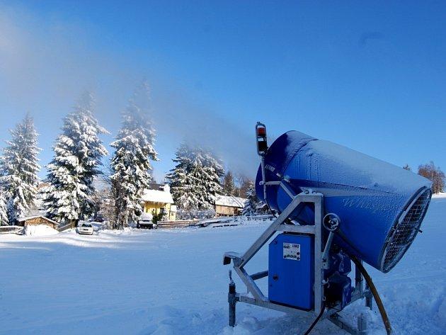 Na Kraslicku se s jistotou otevře bublavský skiareál, kde vlekaři při mrazivém počasí intenzivně zasněžovali (na snímku). Lyžaři budou moci zřejmě zavítat i na Lišák ve Stříbrné.