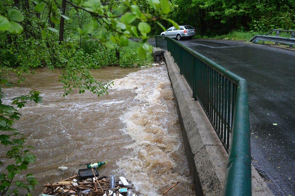 U Benešovy pily na Kraslicku dosáhla řeka Svatava až do koruny mostu.