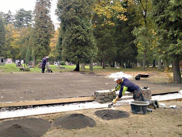 Město Loket upravuje hřbitov. Vzniká tam vsypová loučka.