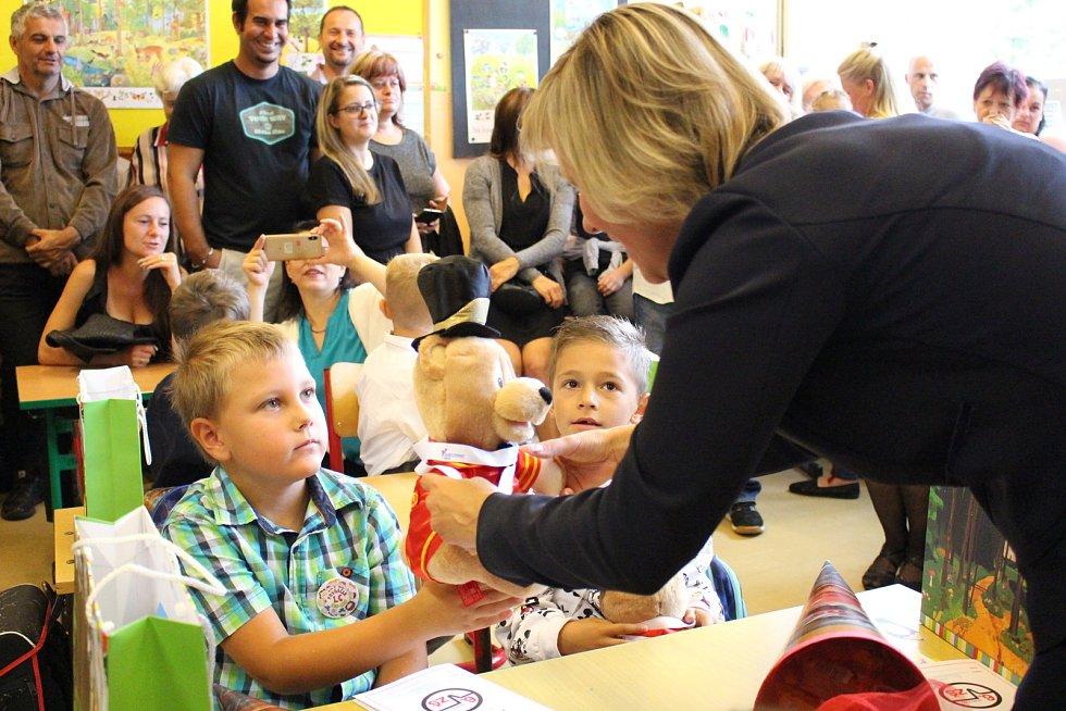 Poprvé do školních lavic usedli v pondělí i prvňáčci na ZŠ Švabinského Sokolov.