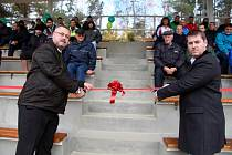 PÁSKU SLAVNOSTNĚ přestřihli předseda TJ Baník Habartov Jaroslav Klarner (vpravo) a starosta města Ivo Zemek (vlevo).