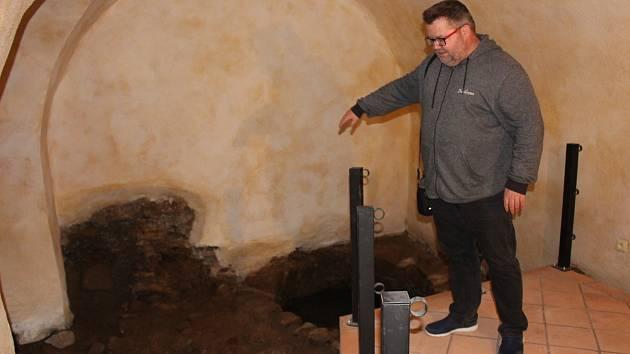 Sklepení sokolovského zámku s novou expozicí se poprvé představí v sobotu. Na snímku ředitel muzea Michael Rund vysvětluje průběh rekonstrukce.