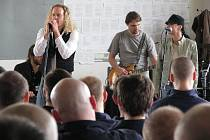 KAPELA THE CELL zahrála odsouzeným v kynšperské věznici. Sálem zněl kvalitní blues rock.
